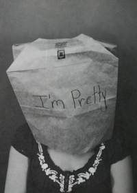 Аватар вконтакте Девушка с пакетом на голове с надписью 'I'm Pretty' / 'Я красивая'