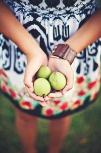 Обои Девушка с тремя лимонами в ладонях