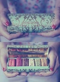 Аватар вконтакте Девушка держит в руках коробку печенья Макаронс (Les Macarons)