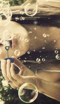 Аватар девушка пускает мыльные пузыри
