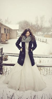 Аватар вконтакте Девушка в свадебном платье и пальто стоит под снегом