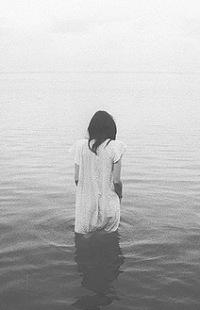 Обои Девушка в платье стоит по колено в воде