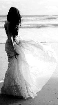 a422658d97f сидящая девушка в длинном платье