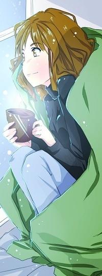 Аватар вконтакте Девушка завёрнутая в одеяло с чашкой горячего напитка в руках сидит и смотрит в окно