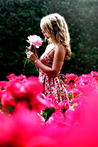 Аватар девушка среди кустов растущих