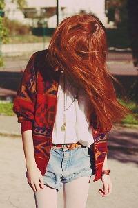 Девушка с длинными рыжими волосами со спины