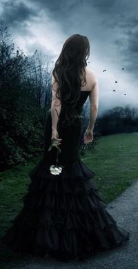 Аватар вконтакте Девушка в черном готическом платье и с белой розой  смотрит вдаль