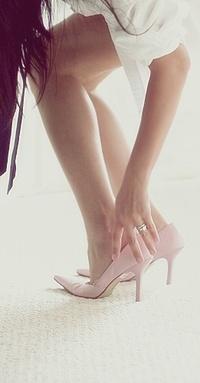 Девушки в розовых туфлях, голые мужчины и женщины на пляже