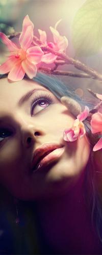 Обои Девушка смотрит вверх на цветы