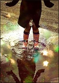 Аватар вконтакте Девушка в резиновых сапогах стоит в луже