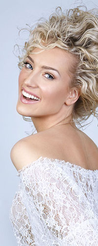 Аватар вконтакте Блондинка в белом кружевном платье
