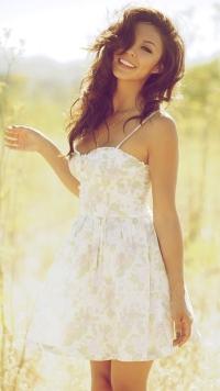 Девушка в белом  на природе
