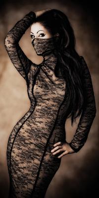 Аватар вконтакте Брюнетка в чёрном кружевном платье,отворотом которого прикрыта половина лица