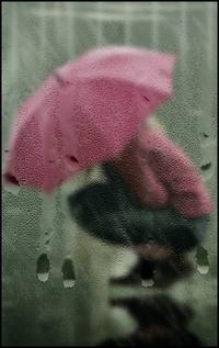 Аватар вконтакте Девушка с малиновым зонтом сидит на корточках в луже