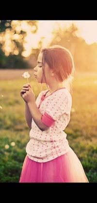Аватар вконтакте Девочка в розовой юбке дует на одуванчик