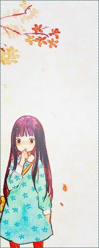 Аватар вконтакте Kuronuma Sawako / Савако Куронума из аниме Kimi ni Todoke / Дотянуться до тебя в бирюзовом платьице в цветочек с желтой сумочкой через плечо осенью стоит под деревом с облетающими листьями