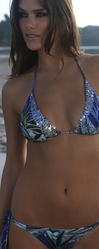 Аватар вконтакте Девушка в купальнике на фоне летнего пейзажа