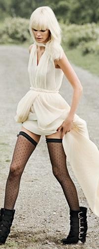 блондинка в белом платье и чулках