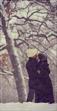 Аватар вконтакте Девушка с парнем целуются под снегопадом