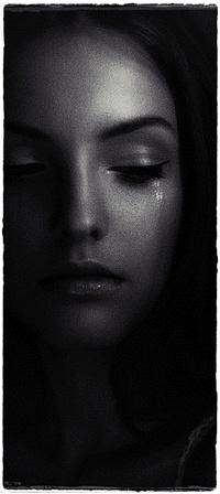 Обои Плачущая девушка опустила взгляд, фотограф Anna Shakina