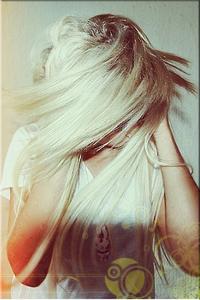 Аватар вконтакте Блондинка, обхватив голову руками, трясёт волосами