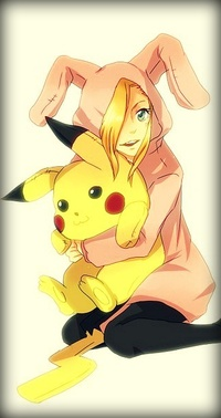 Аватар вконтакте Анимешная девушка блондинка в костюме кролика обнимает игрушечного покемона Пикачу