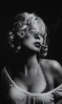 Блондинка с сигаретой