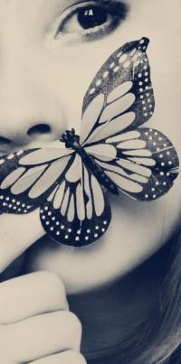 Аватар вконтакте Девушка держит бабочку у губ