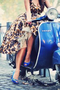 Аватар вконтакте Девушка в красивом платье и синих туфлях сидит на синем мопеде