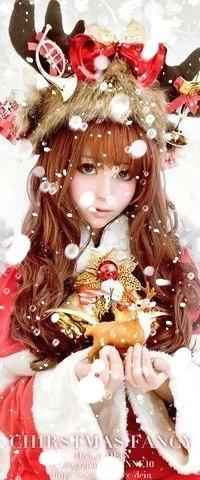 Аватар вконтакте Девушка в костюме рождественского оленя держит в руках игрушечного оленя