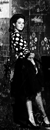 99px.ru аватар Девушка в черной юбке и блузе в белый горошек стоит спиной к стене (stop! / стоп!)