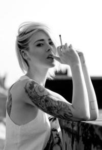 Аватар вконтакте Девушка с тату на руке держит сигарету