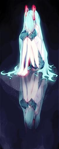 Аватар вконтакте Грустная Вокалоид Хатсуне Мику / Vocaloid Hatsune Miku, поджав ноги и положив голову на колени, обхватив их руками, сидит на зеркальной поверхности, отражаясь в ней