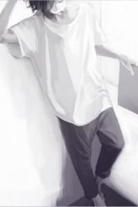 Аватар вконтакте Грустный парень с закрытыми глазами, в белой футболке и серых штанах, с серой папкой в руке, стоит, прислонившись к белой стене