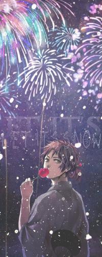 Аватар вконтакте Sanada Yukimura / Санада Юкимура из аниме Sengoku Basara / Эпоха смут стоит, обернувшись, ест яблоко в карамели, под фейерверками и снегом, и надпись Let it snow / Пускай идет снег