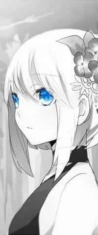 Девушка аниме с голубыми глазами и белыми волосами