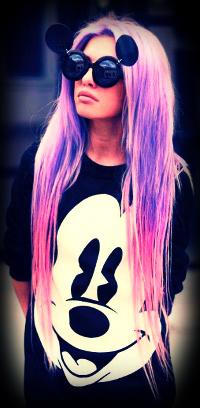 Аватар вконтакте Девушка с лиловыми волосами в необычных круглых очках и в футболке с Микки Маусом / Micky Mouse