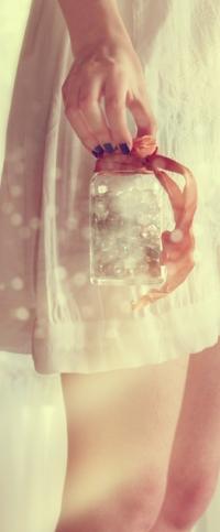 Аватар вконтакте В руке девушки баночка с грезами, фрагмент работы where dreams are kept / где грезы держатся, автор waveystar