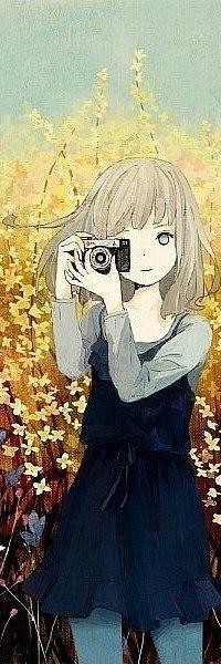 Аватар вконтакте Анимешная девушка стоит с фотоаппаратом на фоне деревьев с желтыми цветами