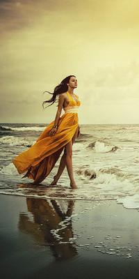 Девушка в желтом длинном платье