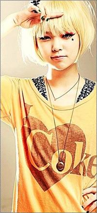 Аватар вконтакте Корейская Ulzzang / Улззанг модель Jang Hae Byeol / Чан Хэ Пель в желтой кофточке с надписью I ❤ Coke, прищурившись, приложила указательный палец ко лбу