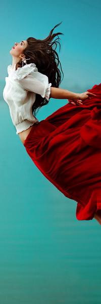 Аватар вконтакте Девушка шатенка в короткой белой блузке и пышной красной юбке, парящая над водой, на фоне бирюзового неба, автор Светлана Беляева