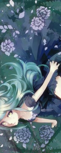 Аватар вконтакте Грустная зеленоглазая девушка с длинными зелеными волосами, одетая в темно-синее платье в стиле готической Лолиты, сидит на поляне, в окружении сиреневых роз, лепестков и зеленых стебельков с шипами, art by Aoshiki