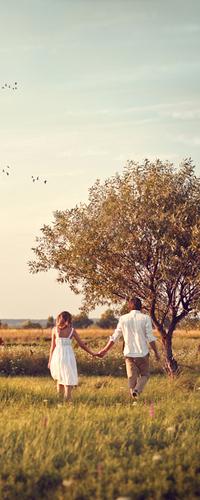 Аватар вконтакте Мужчина и девушка идут в поле, держась за руки, фотограф Sanya Khomenko
