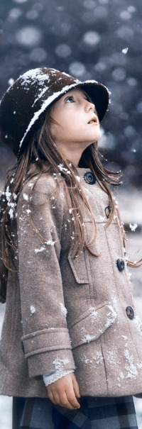 Аватар вконтакте Девочка в шляпке и пальто стоит и смотрит на снег