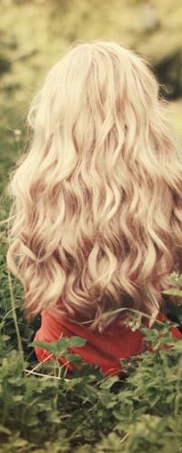 Аватар вконтакте Блондинка сидит в траве, фотограф Thunderi