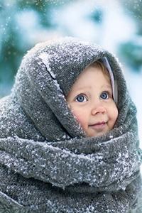 Аватар вконтакте Маленькая девочка, укутанная в шаль, с улыбкой на лице смотрит большими голубыми глазами на падающий снег. Фотограф Ольга Ротова / Olga Rotova