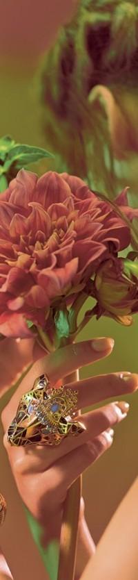 Аватар вконтакте В руке девушки цветок