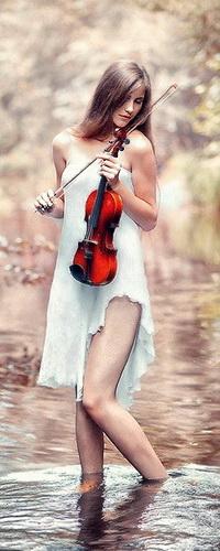Аватар вконтакте Стройная девушка-скрипачка, стоящая в воде лесного ручья, держащая в руках скрипку и смычок