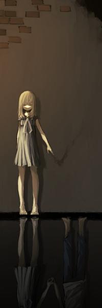 Аватар вконтакте Светловолосая девушка держит рукой пустоту, стоя в воде, в которой она отражается, держась за руку с парнем